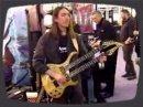 Un inconnu jouant d'une guitare à double manche lors du MusikMesse 2008.