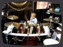 Un gosse de 6 ans qui joue de la batterie comme un pro!