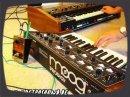 RetroSound a encore frappé! Ici, on a une démo musicale de l'ensemble Moog Prodigy + Roland Jupiter-4 + TR-606.